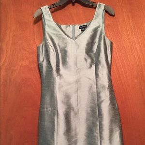 Ann Tailor cocktail sleeveless dress size 10 V-nec